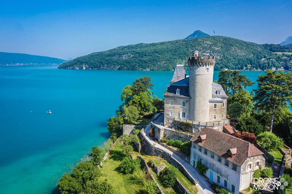Chateau de duingt sur le lac d'annecy - photo de drone